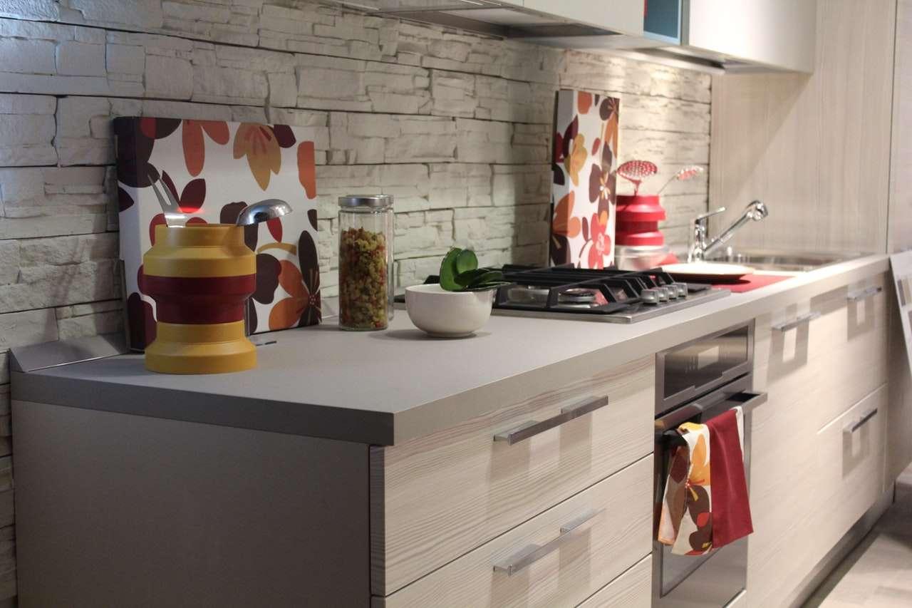 küçük mutfaklar için işlevsel bir tezgah