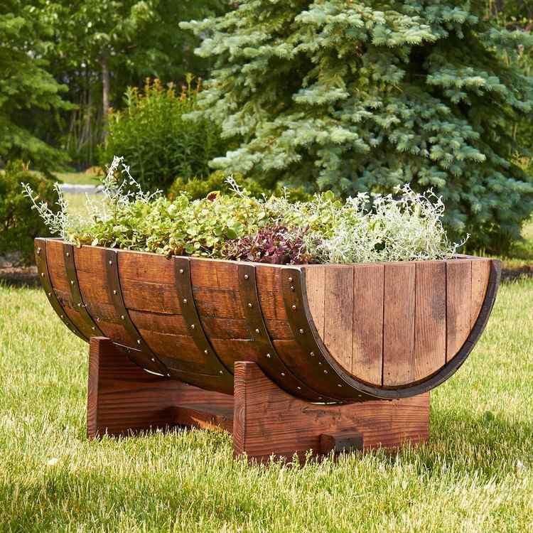 Bahçeniz için uygulayabileceğiniz büyük ve güzel fıçıdan bozma bir saksı